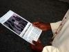 Biskup Kuito czyta artykul w Novo Journal