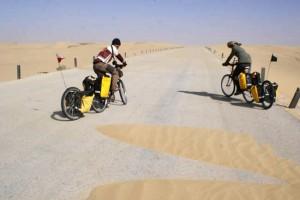 Wzmaga się wichura, piach zasypuje drogę (fot. Anna Grebieniow)