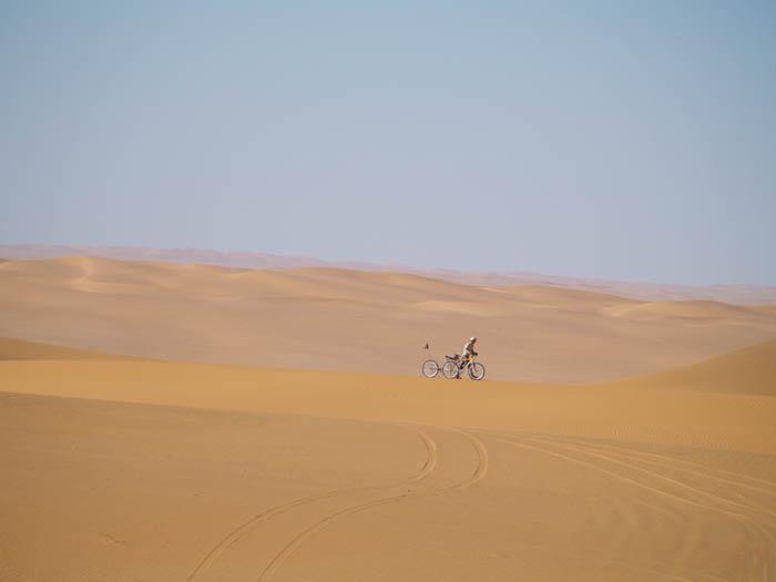 Rowerzysta pośród wydm Sahary