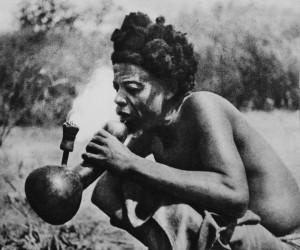 Mężczyzna ze szczepu Lunda z fajką w rodzaju nargile. Fot. Kazimierz Nowak 1935 r.