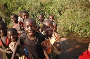 Głównym zajęciem dzieci jest noszenie wody z rzeki.